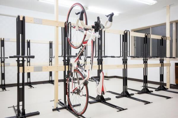 ロードバイクも安心保管!縦置き室内自転車スタンド完備の駐輪場。velost_sta_堺筋本町